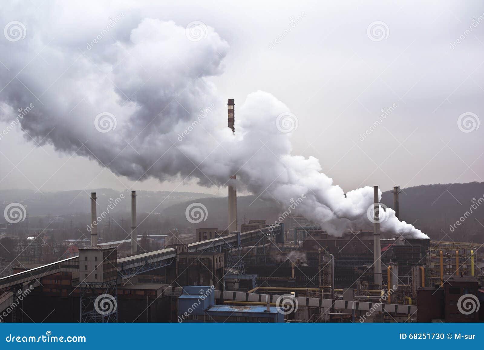 Fabriek met vele schoorstenen en grote rook, luchtvervuiling