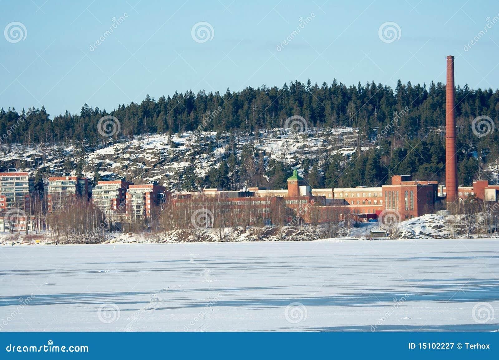Fabrik durch gefrorenen See