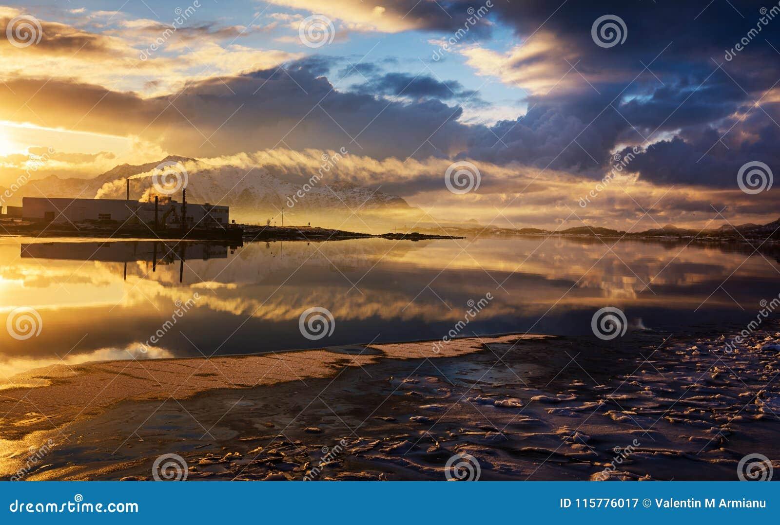 Fabrik på solnedgången