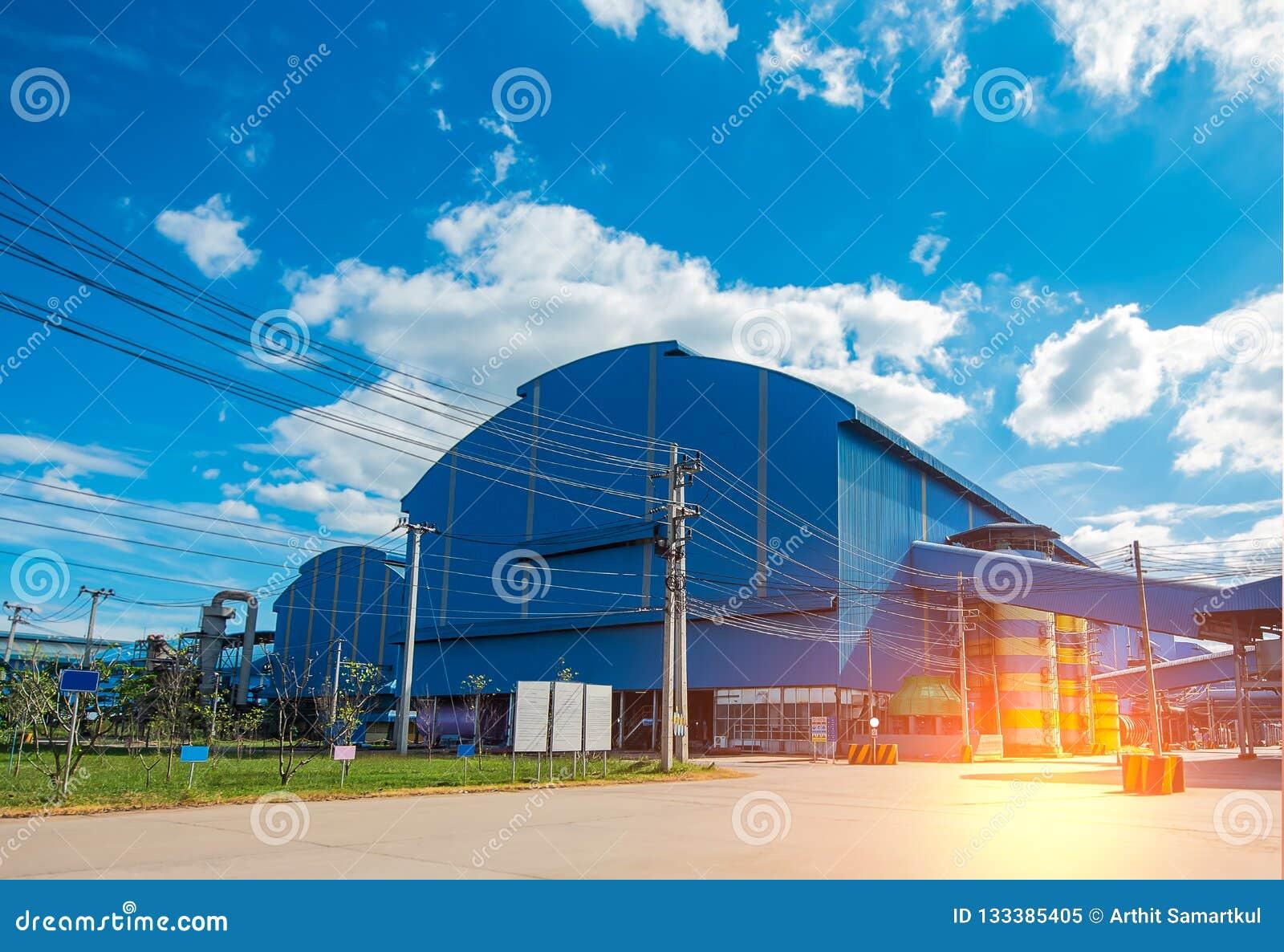 Fabriklagergebäude im Industriegebiet mit unordentlichen elektrischen Drahtseilen