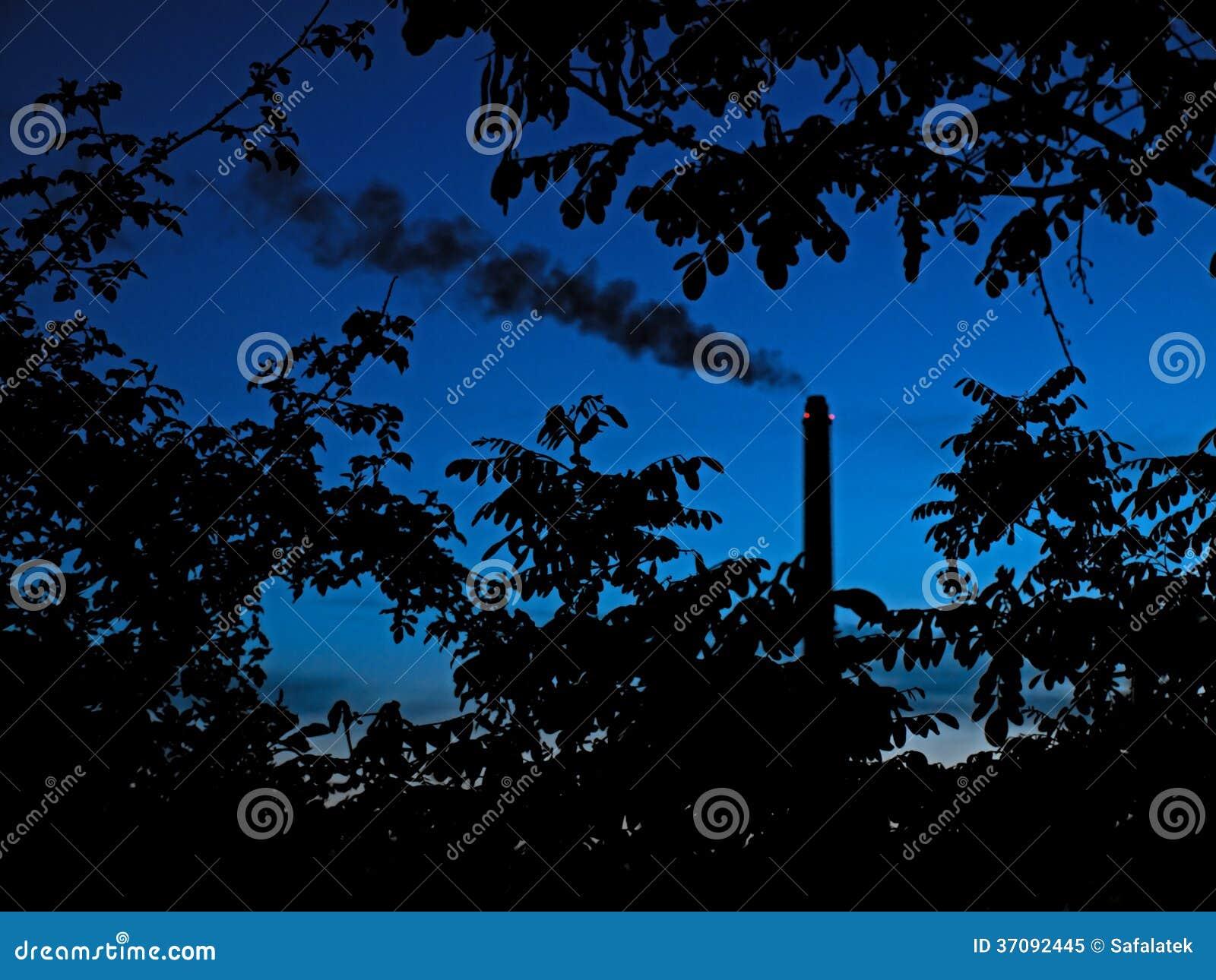 Download Fabryczny komin obraz stock. Obraz złożonej z chmura - 37092445