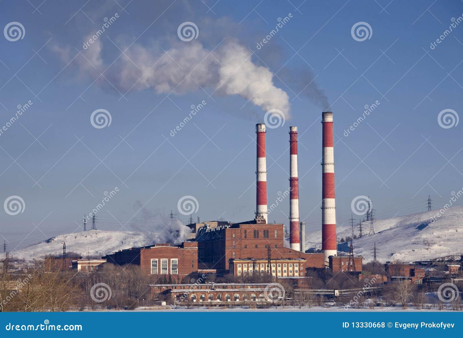 Fabryczny kominu dymienie
