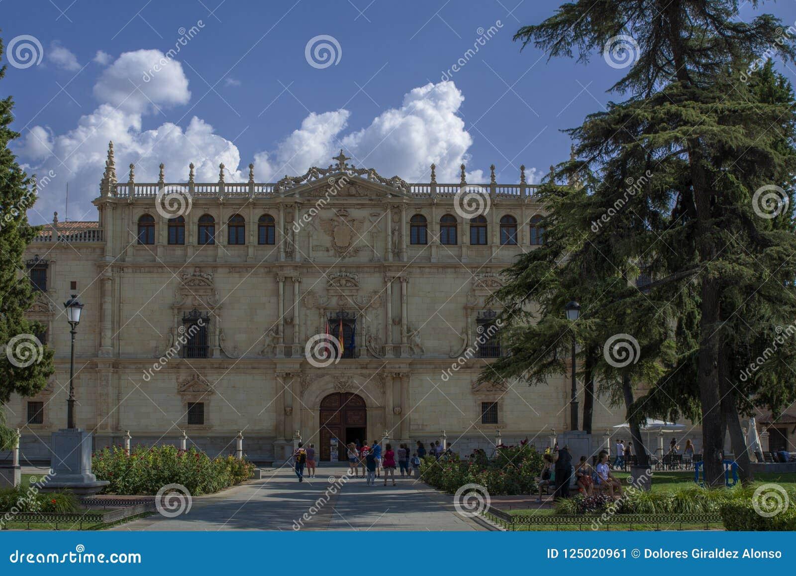 Facade av Alcalaen de Henares Universitetar, Madrid, Spanien