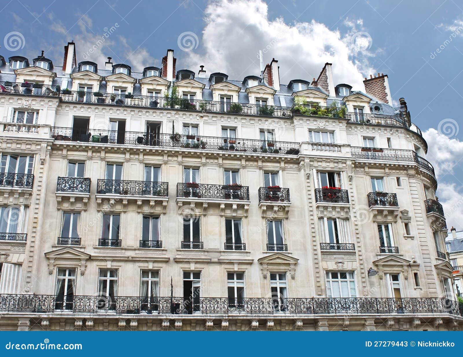 Facade av en traditionell byggnad i Paris,