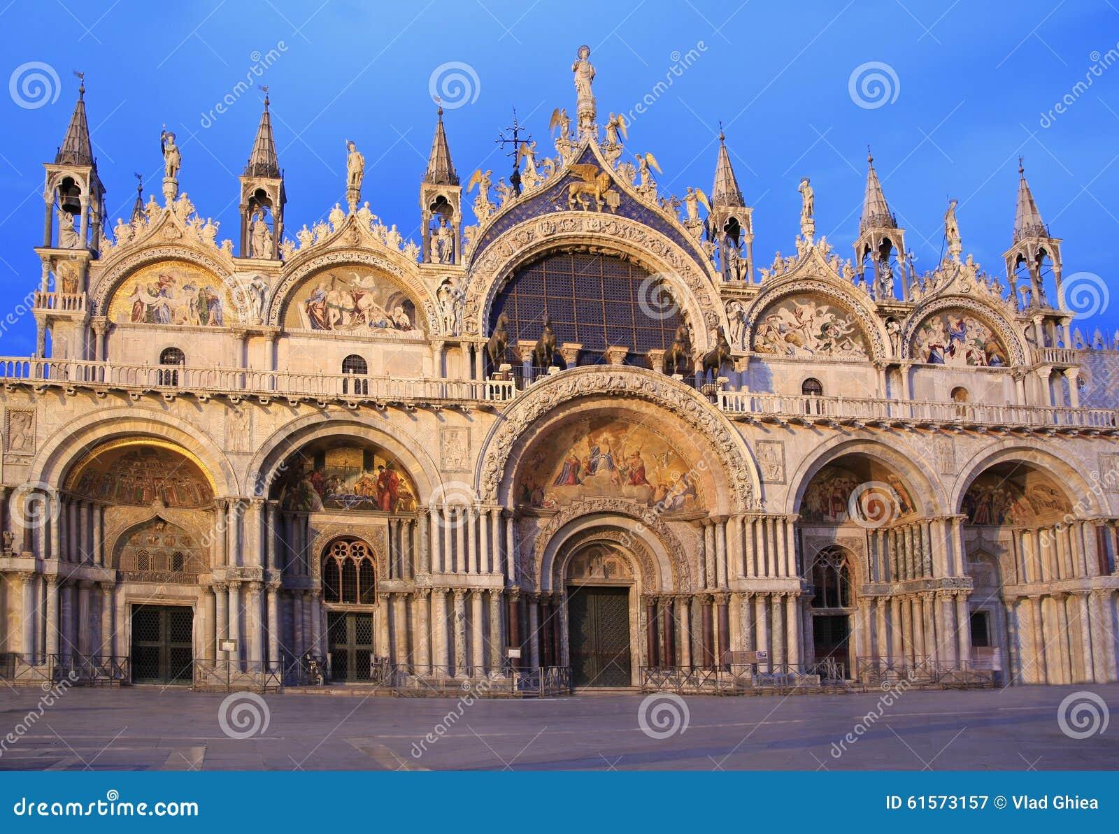 The facade of the basilica di san marco at dusk venice for Esterno basilica di san marco
