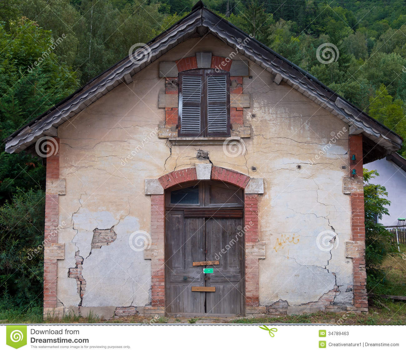 Facade of an old french house stock photos image 34789463 for Classic house french kiss