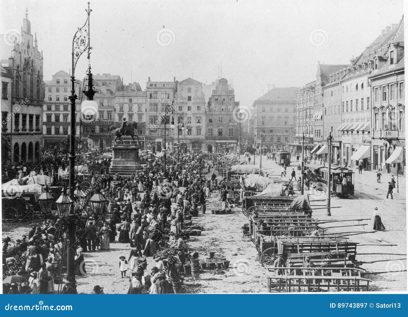https://thumbs.dreamstime.com/z/facades-old-historic-tenements-rynek-market-square-wroclaw-breslau-poland-89743897.jpg