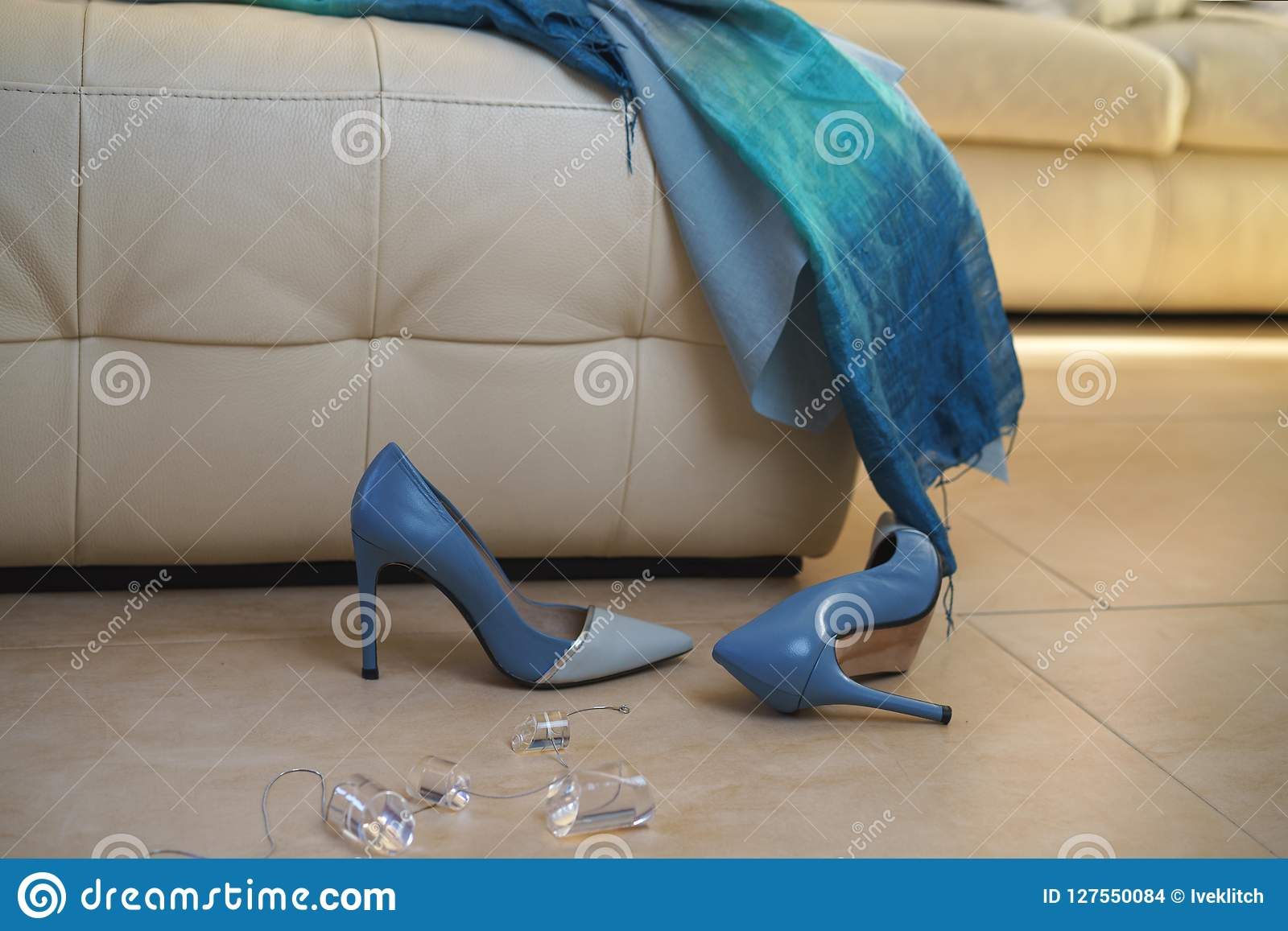 Faccia festa i gioielli blu degli accessori delle scarpe di vestito dalla raccolta femminile dell attrezzatura sul sofà beige sul