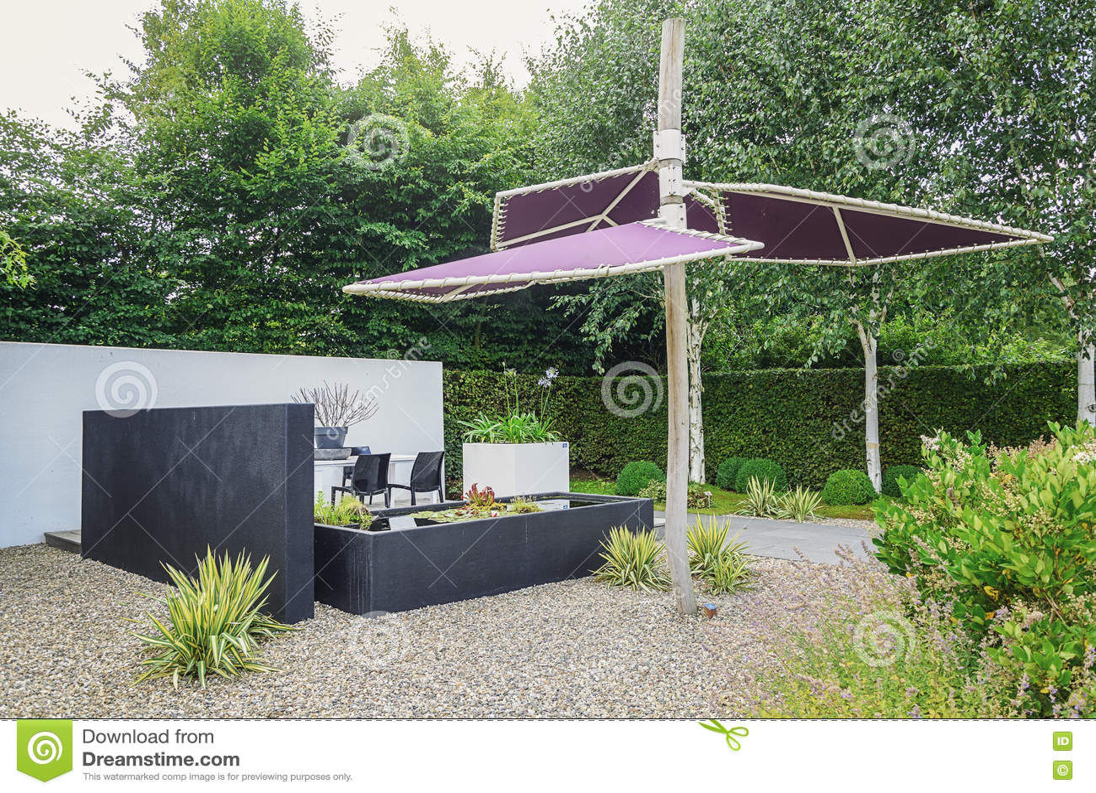 Giardini Moderni Immagini : Faccia il giardinaggio con mobili da giardino moderni lo stagno d