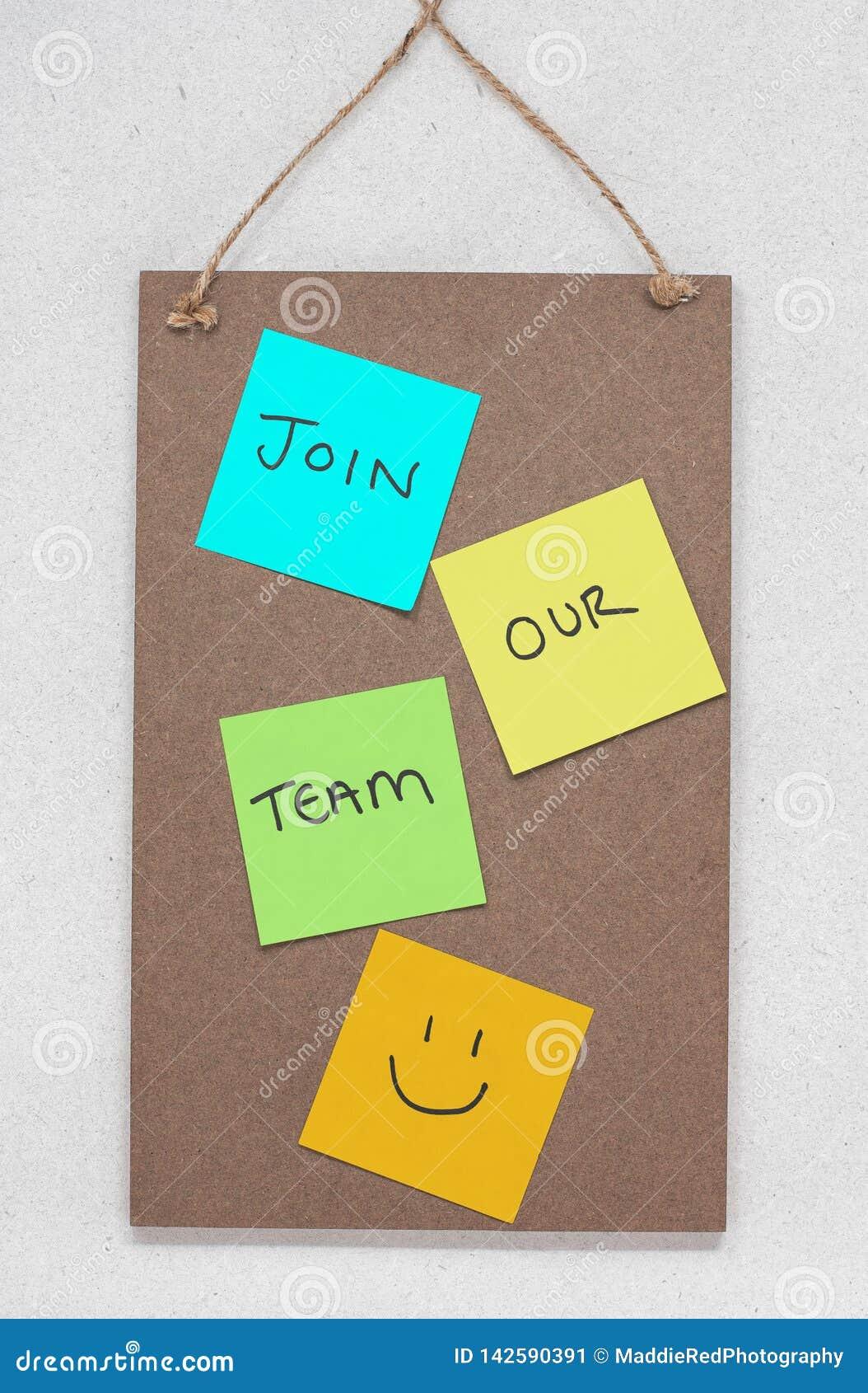 Faccia parte del nostro gruppo, testo scritto sulle note appiccicose colourful su una bacheca di legno