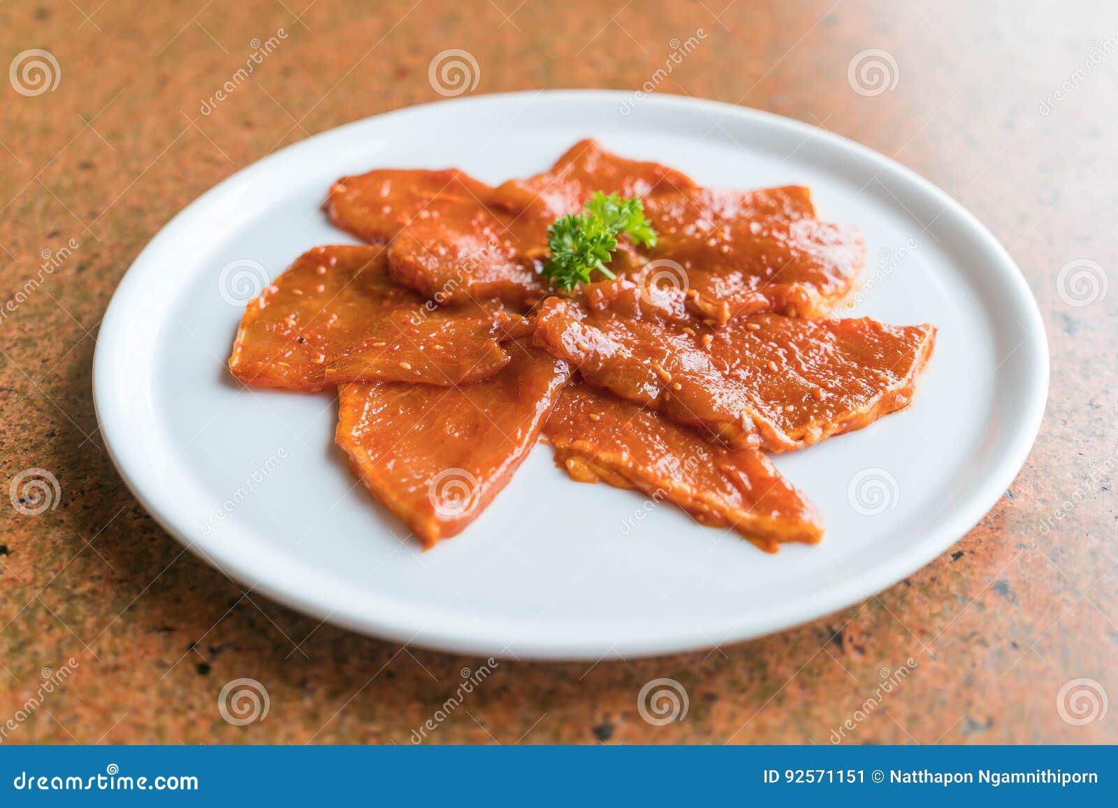Faccia scorrere la carne cruda