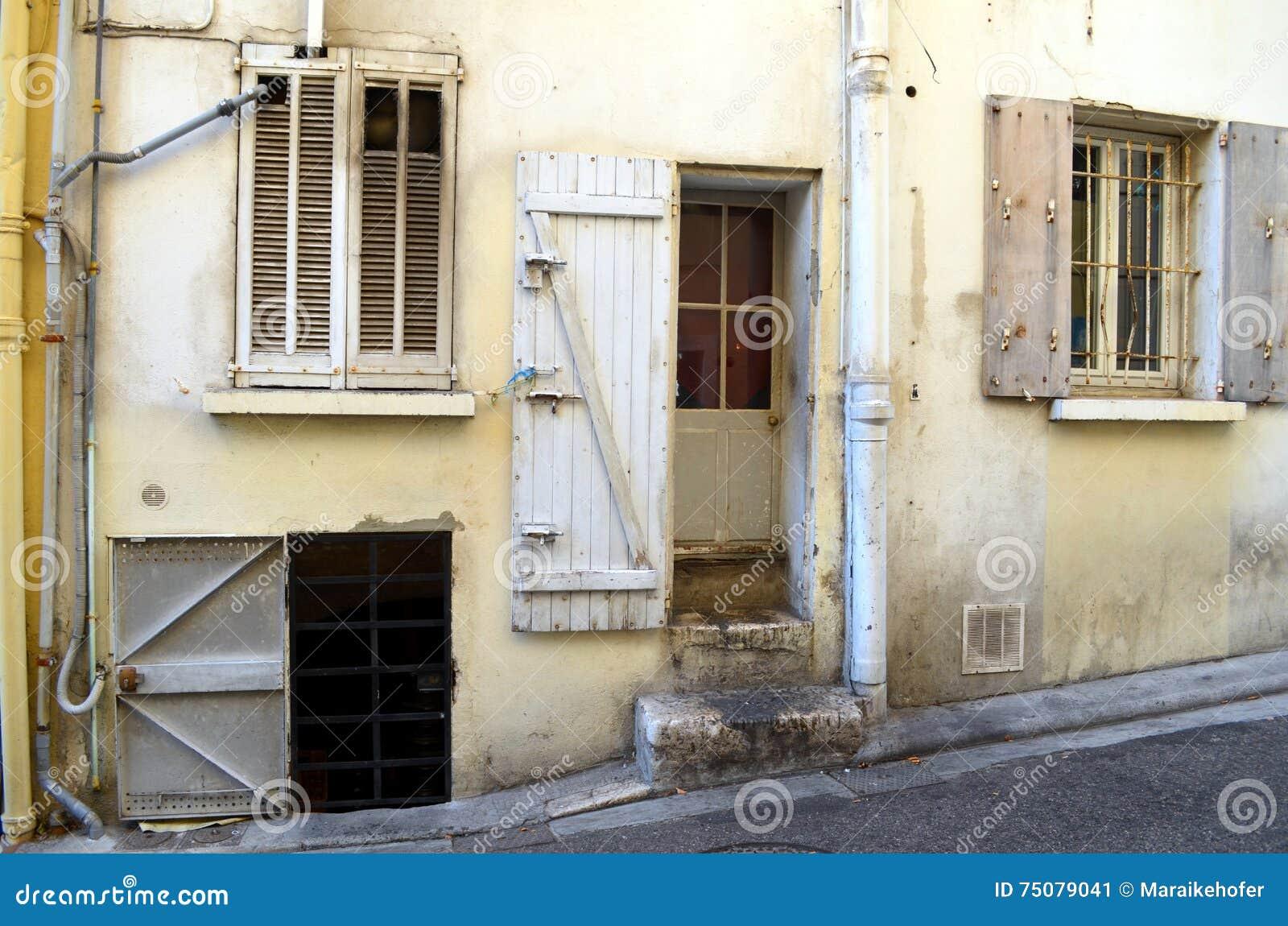 Facciata con molte porte e finestre di una costruzione - Orvi porte e finestre ...