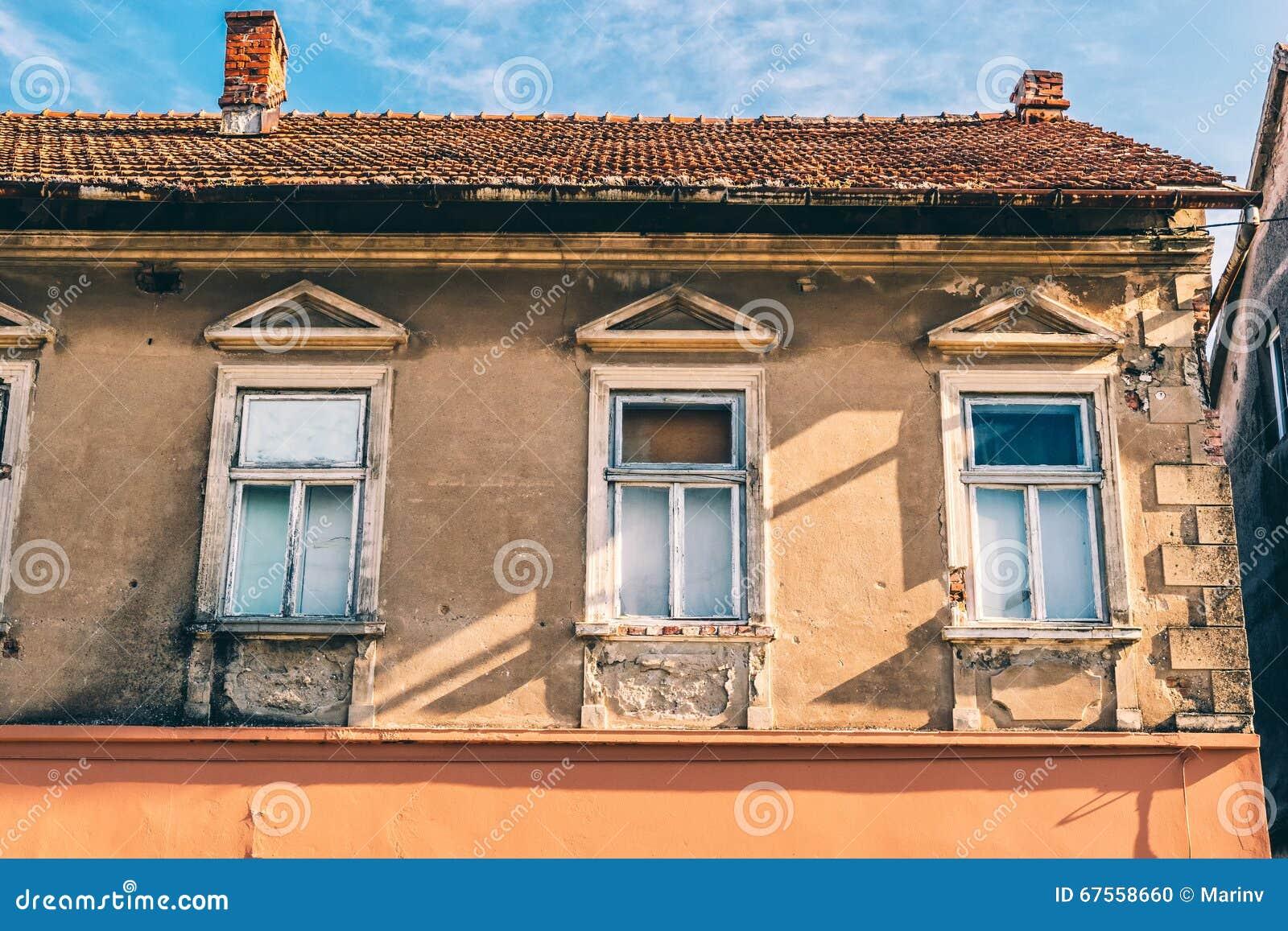 Facciata decrepita di vecchia casa con mattoni a vista for Case di mattoni ranch