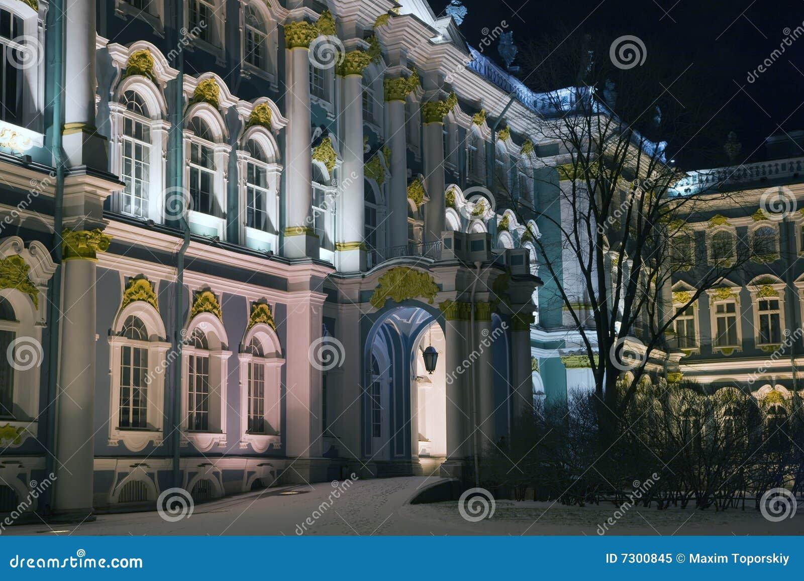 Facciata del palazzo di inverno nella notte di inverno