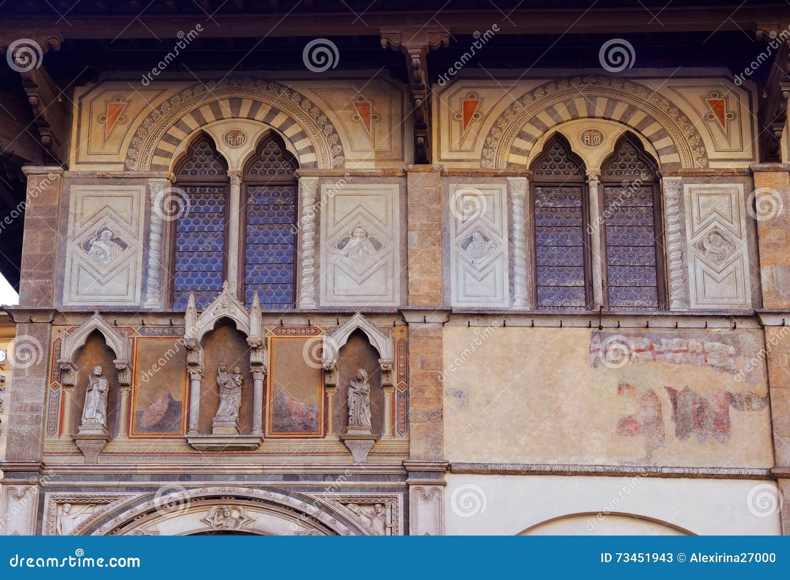 Facciata del palazzo medievale decorata con gli affreschi for Firenze medievale