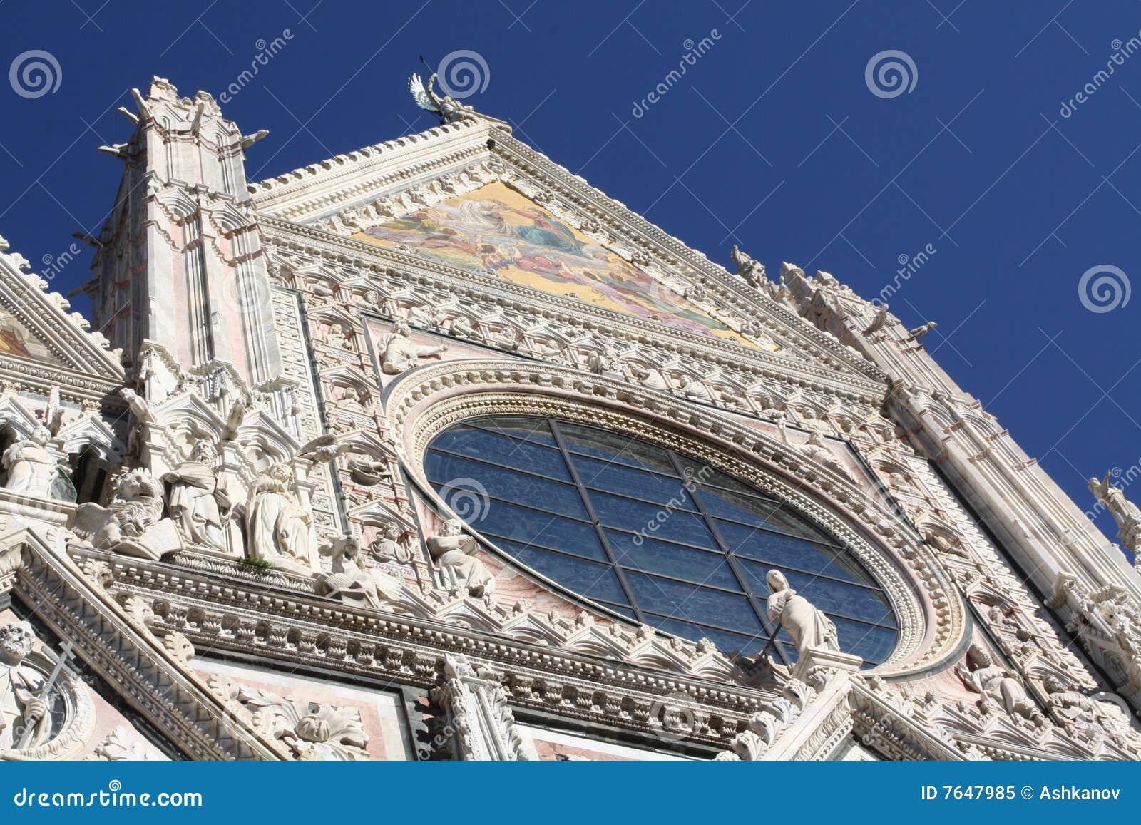 Facciata della cattedrale in terre di Siena