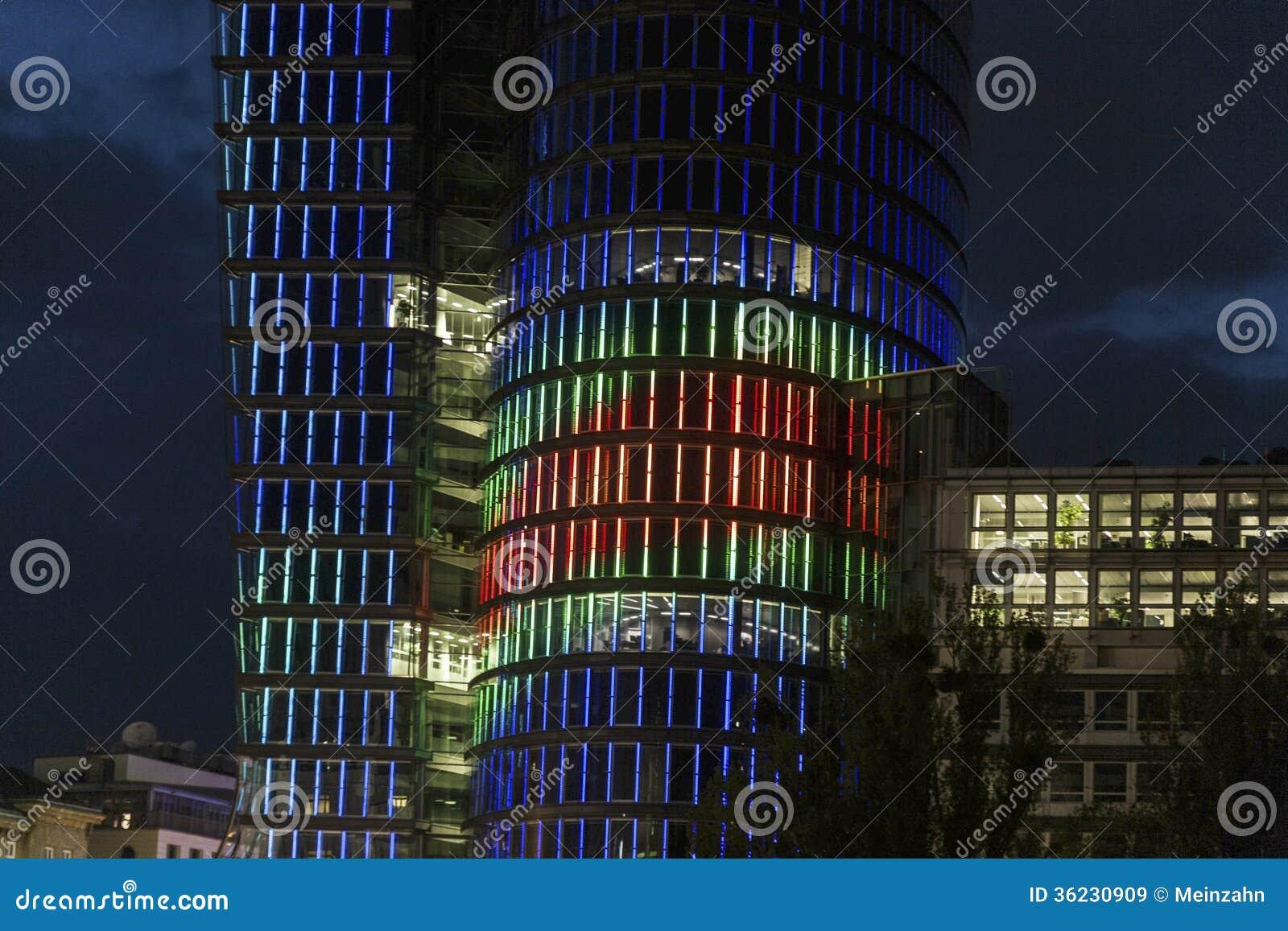 Facciata della torre di uniqua di notte