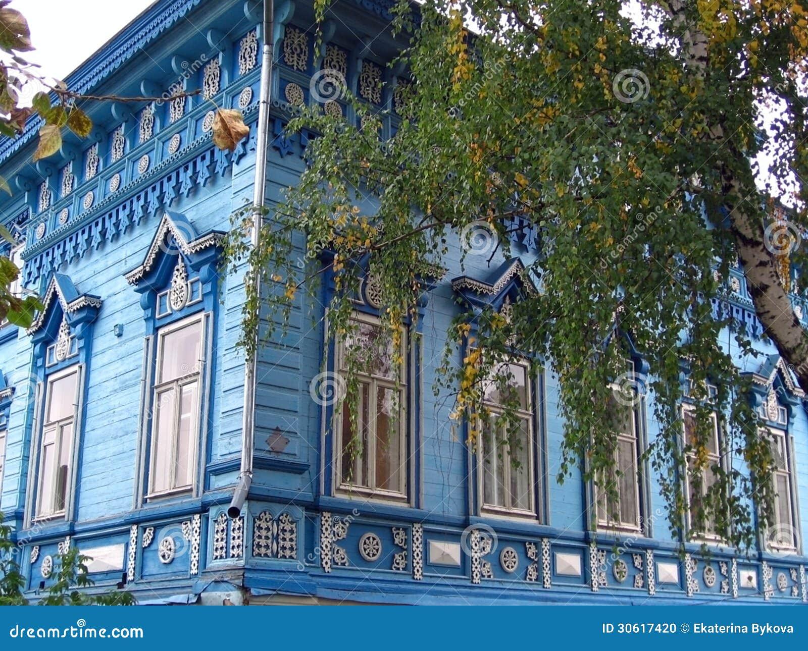 Facciata di legno blu della casa di campagna fotografia for Una pianta della casa di legno