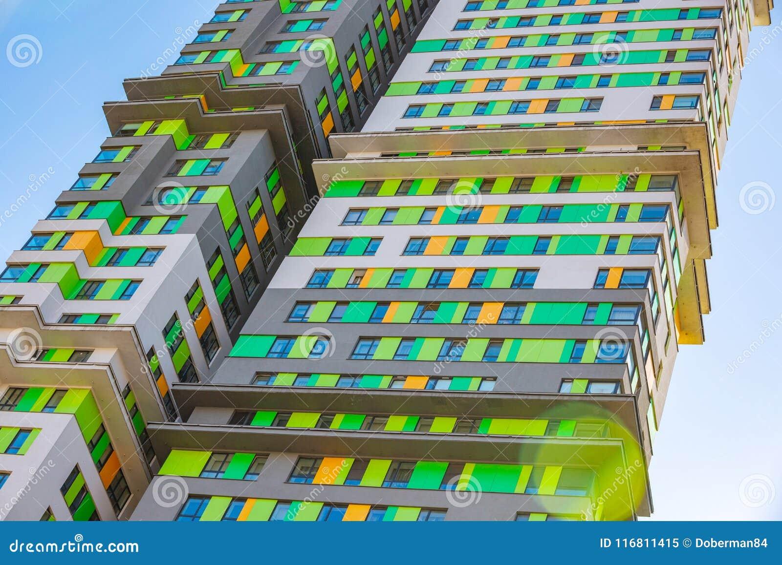 Facciata di nuovi grattacieli residenziali contro il cielo