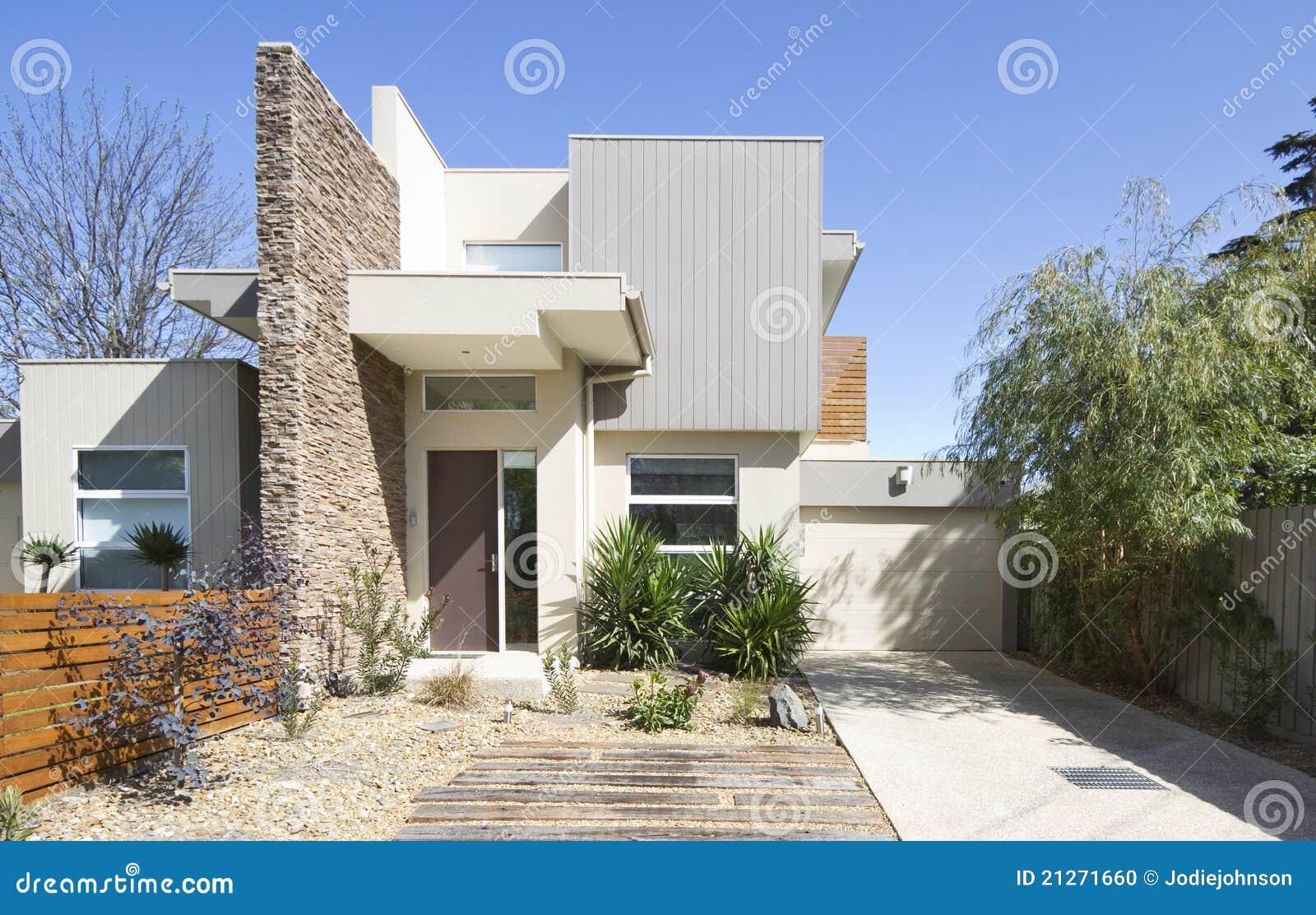 Facciata di una casa contemporanea della casa urbana for Porte della casa di tronchi
