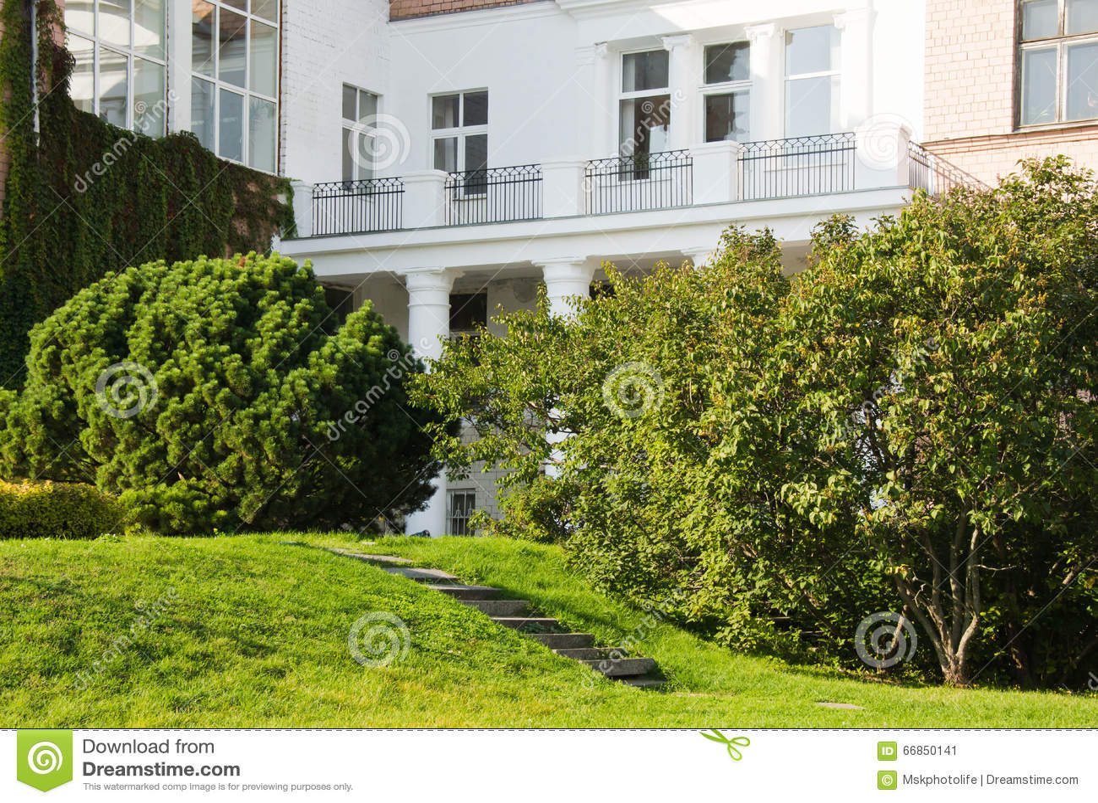 Facciata di una casa di campagna con un balcone fotografia - Facciata di una casa ...