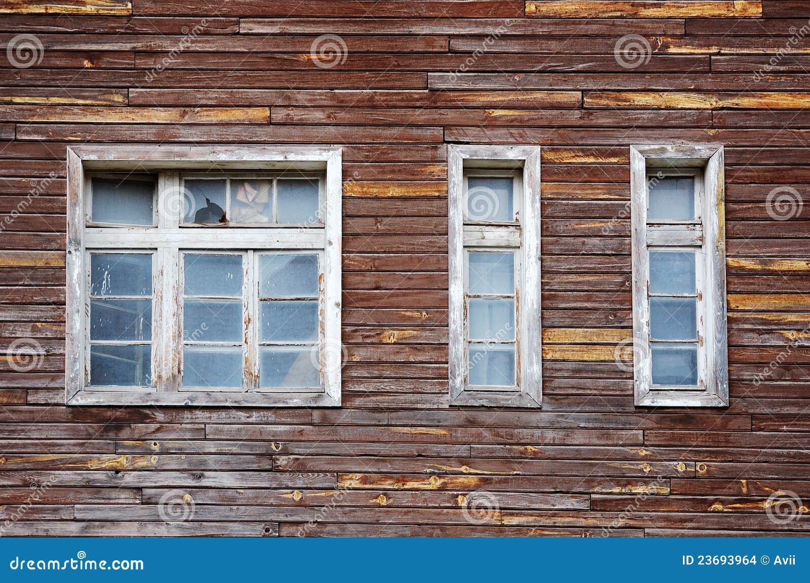 Facciata di una casa di legno tumbledown immagini stock - Facciata di una casa ...