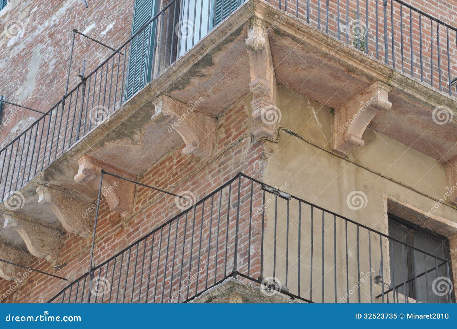 Facciata di vecchia casa di pietra con un balcone immagine for Casa di facciata in pietra