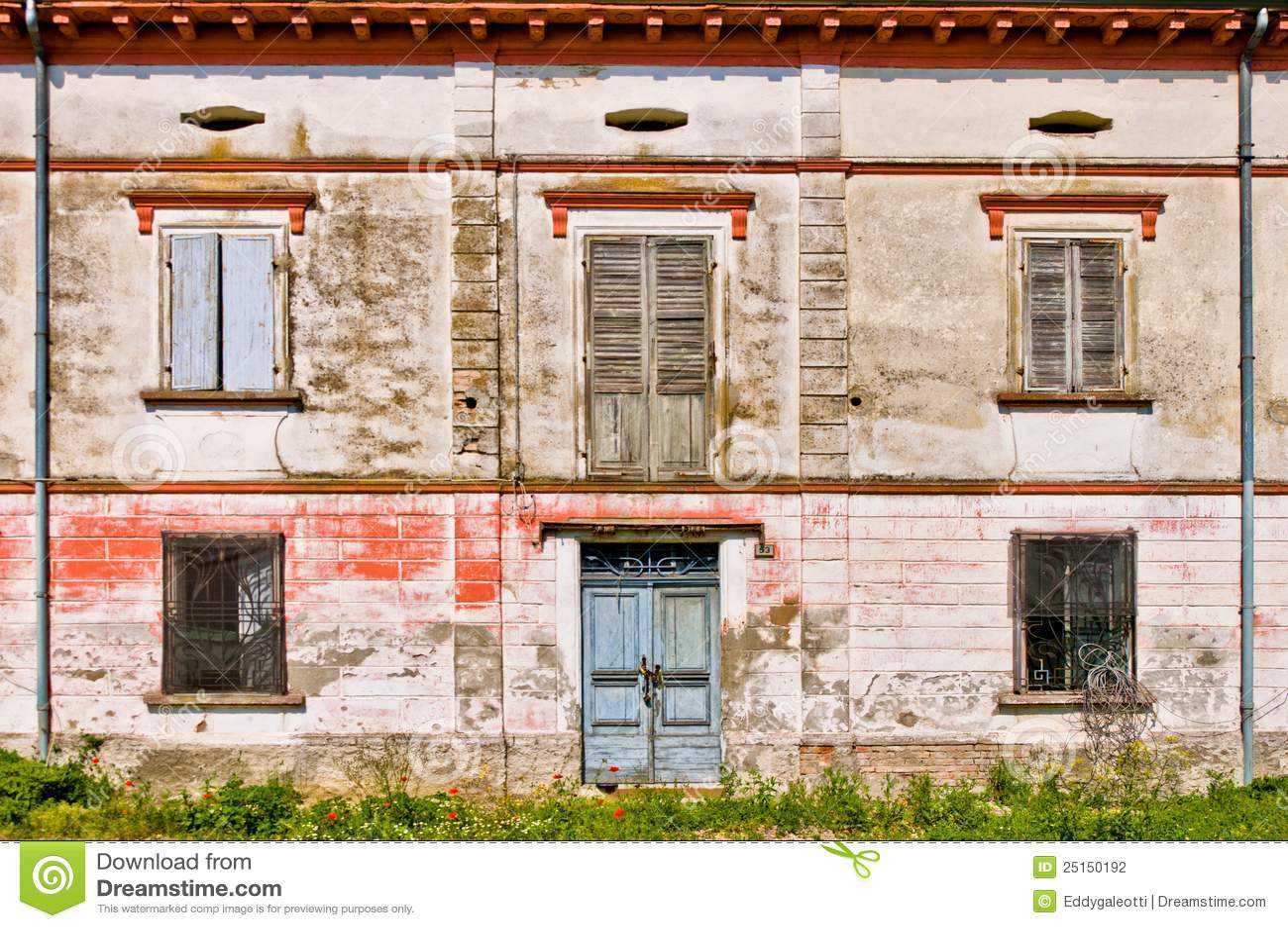 facciata di vecchia casa rovinata fotografia stock