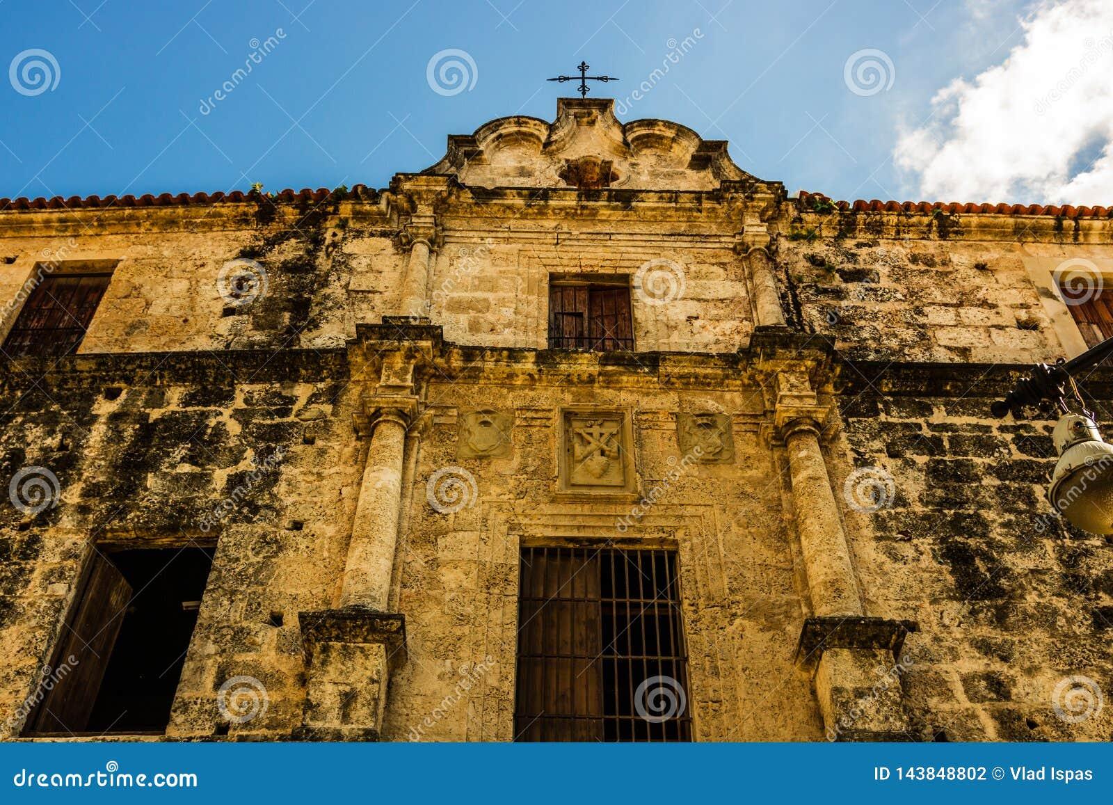 Facciata di vecchia cattedrale coloniale a vecchia Avana, Cuba