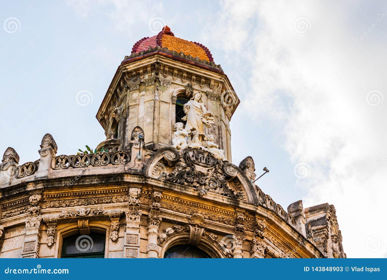 Facciata di vecchie costruzioni coloniali dal quadrato centrale a Avana, Cuba