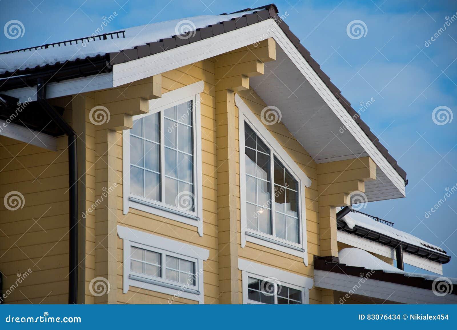 facciata e tetto di una casa di legno moderna fotografia