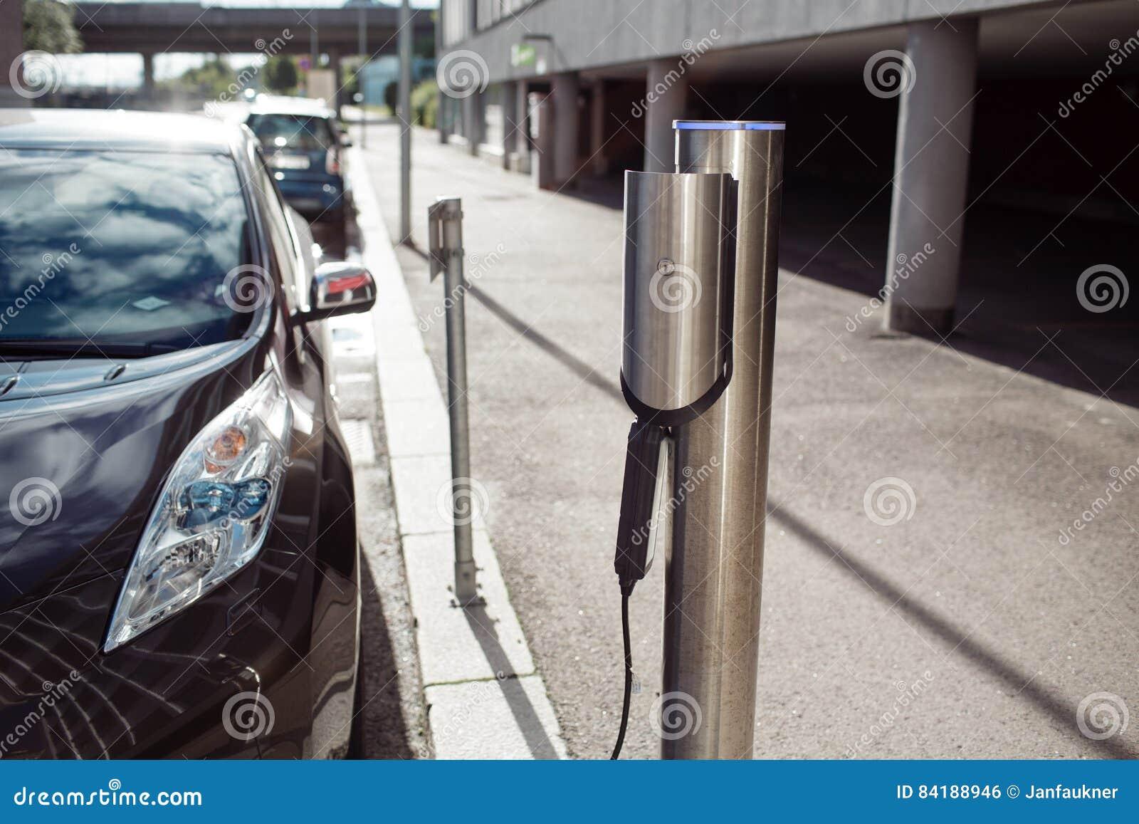 Facciata frontale dell energia di caricamento dell automobile