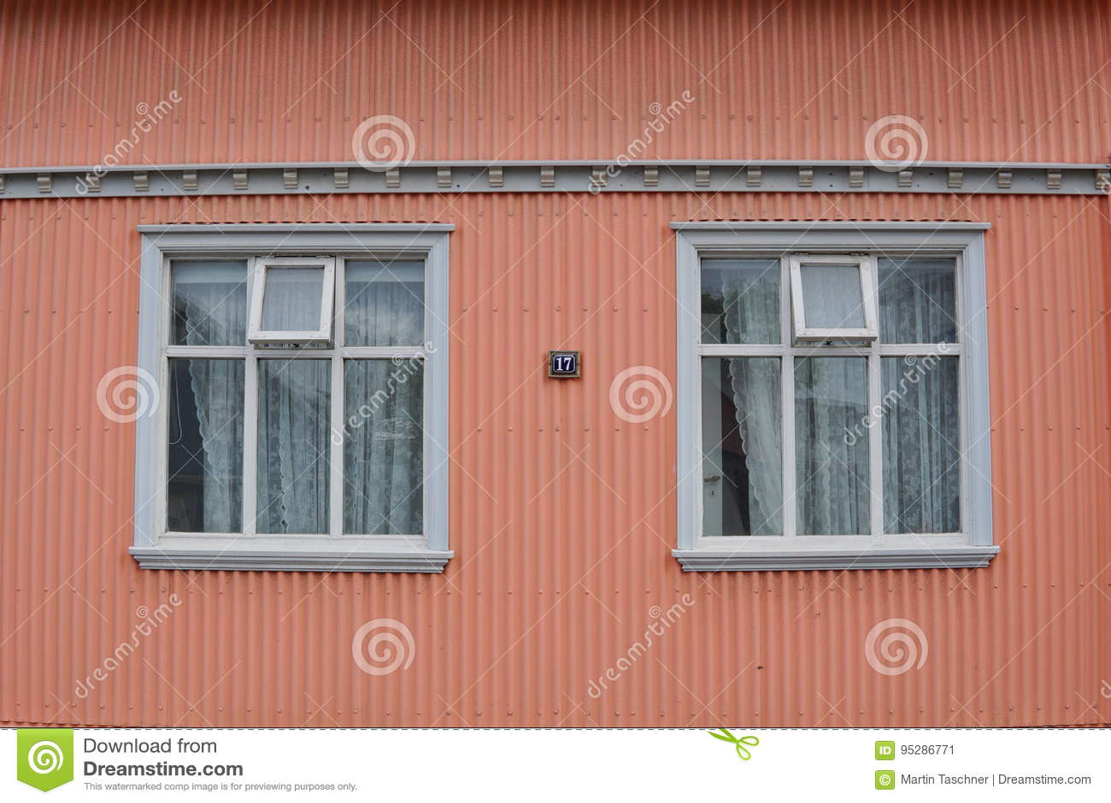 Colore Esterno Casa Salmone : Facciata islandese tipica della casa nel colore di rosa di color