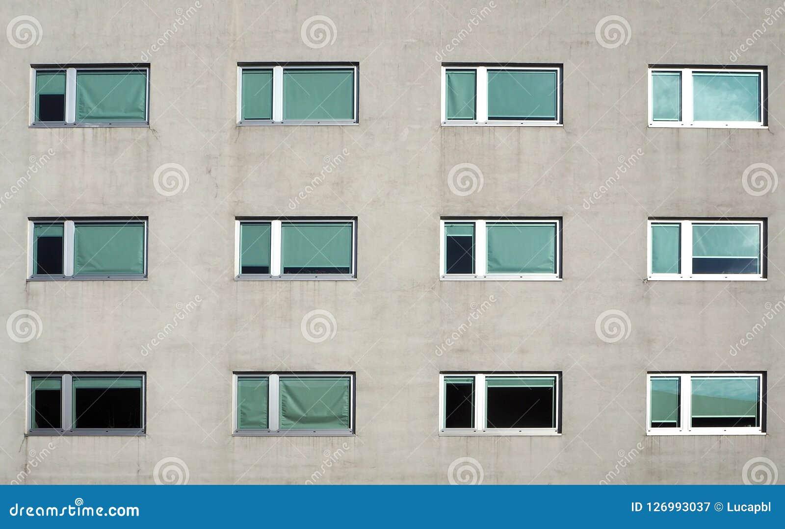 Facciata moderna grigia della costruzione con le nuove finestre del PVC Front View