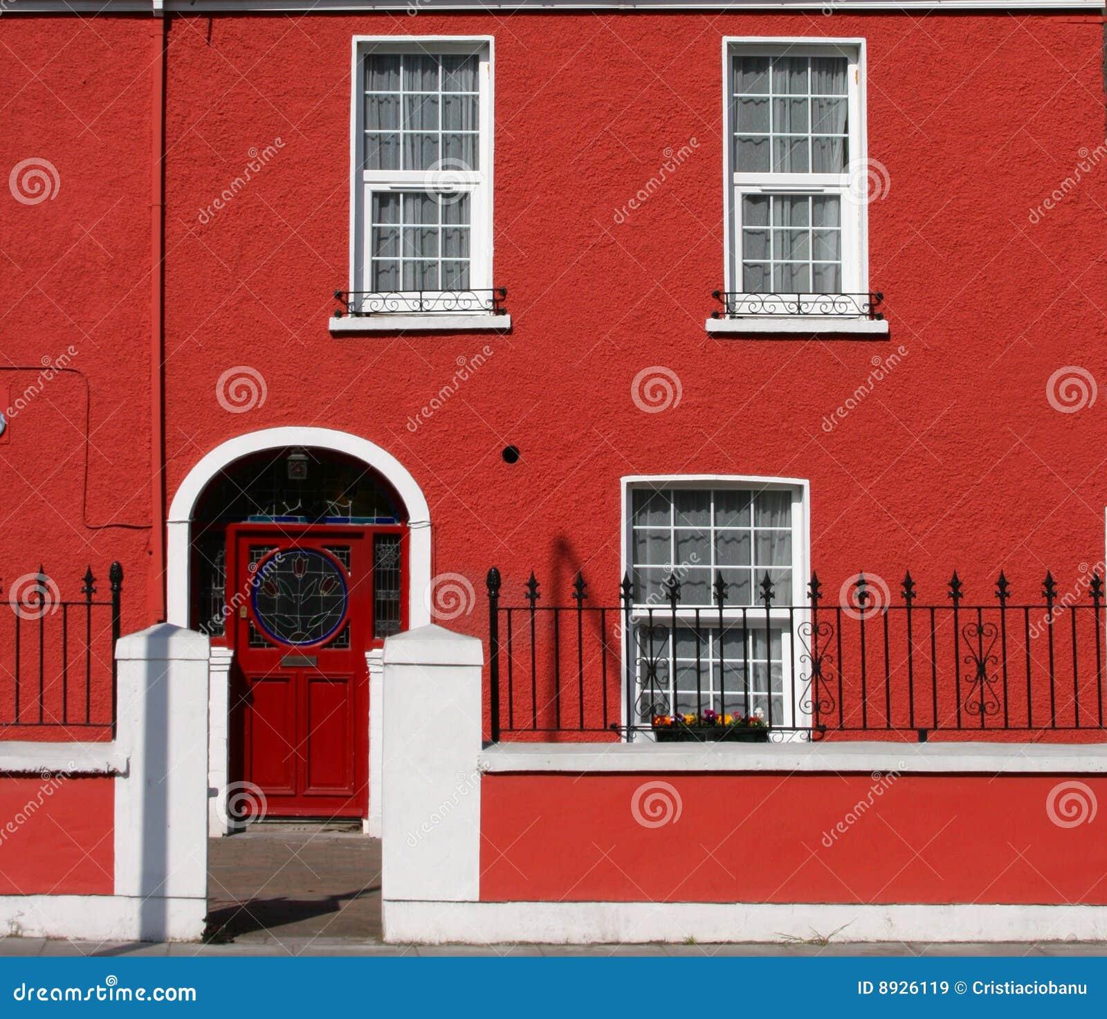 Facciata rossa della casa immagine stock immagine di for Disegni della casa della cabina di ceppo