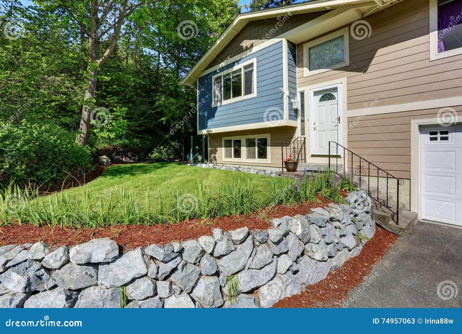 Progettazione Esterni Casa : Facciata tipica della casa americana pittura per esterni blu e