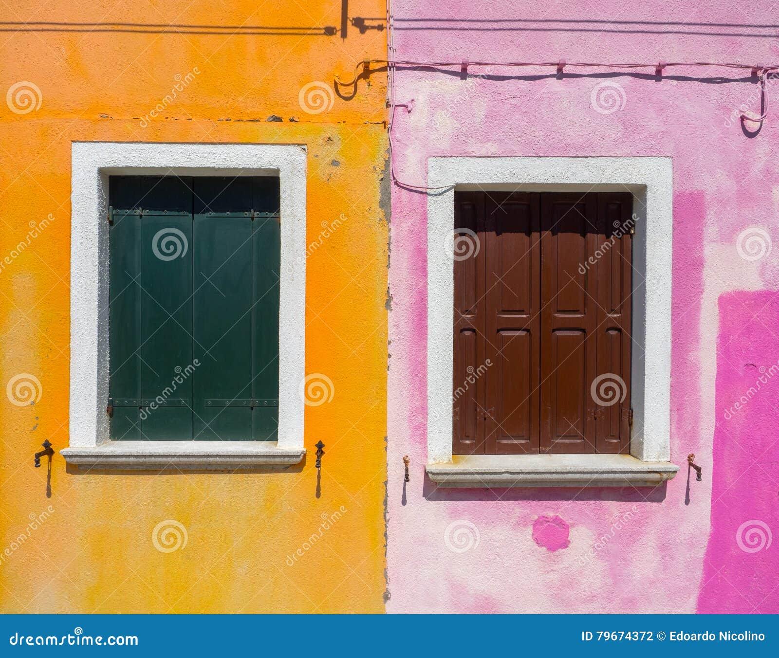 Facciata variopinta della casa in Burano, Venezia