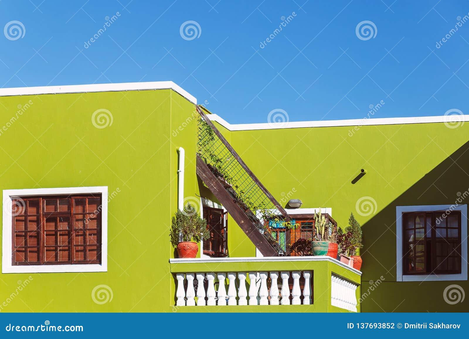 Facciata verde variopinta di vecchia casa nell area della BO Kaap, Cape Town