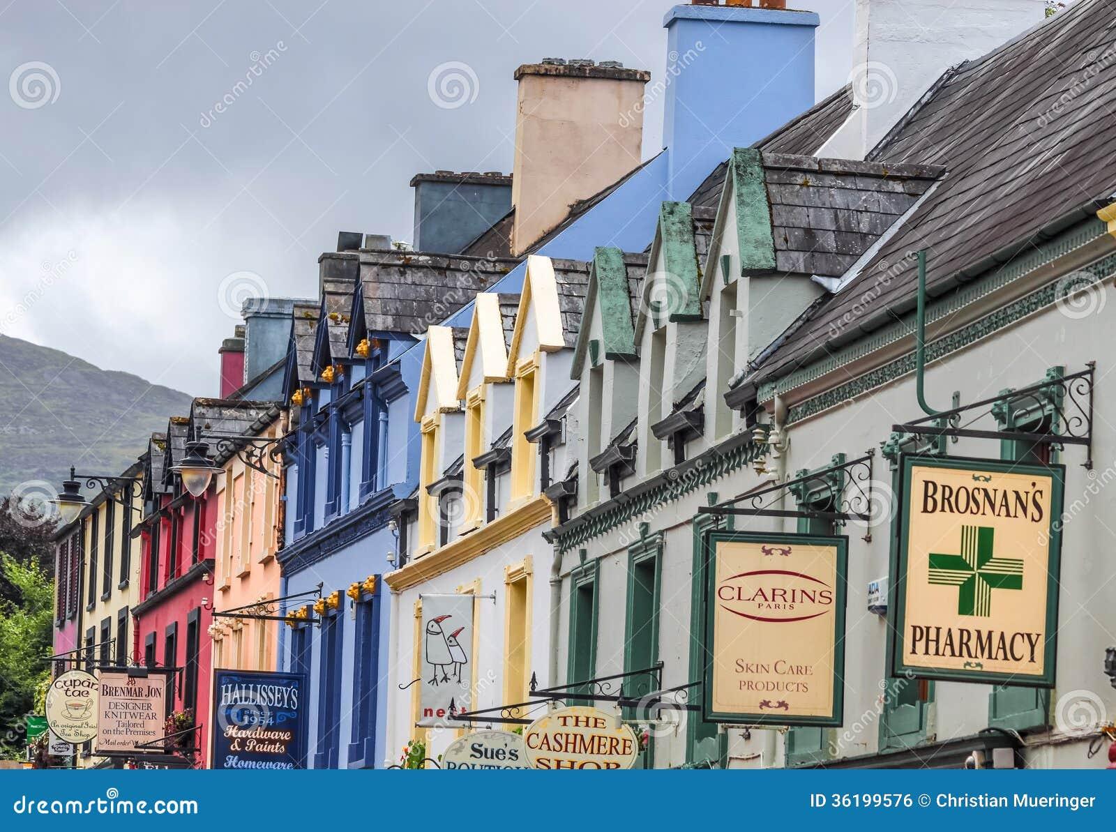 Facciate colorate delle case in kenmare fotografia - Facciate di case colorate ...