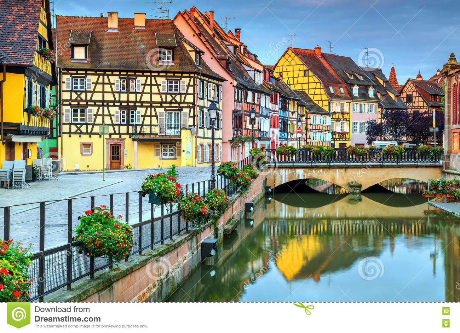 Facciate a graticcio medievali tipiche che riflettono in acqua, Colmar, Francia