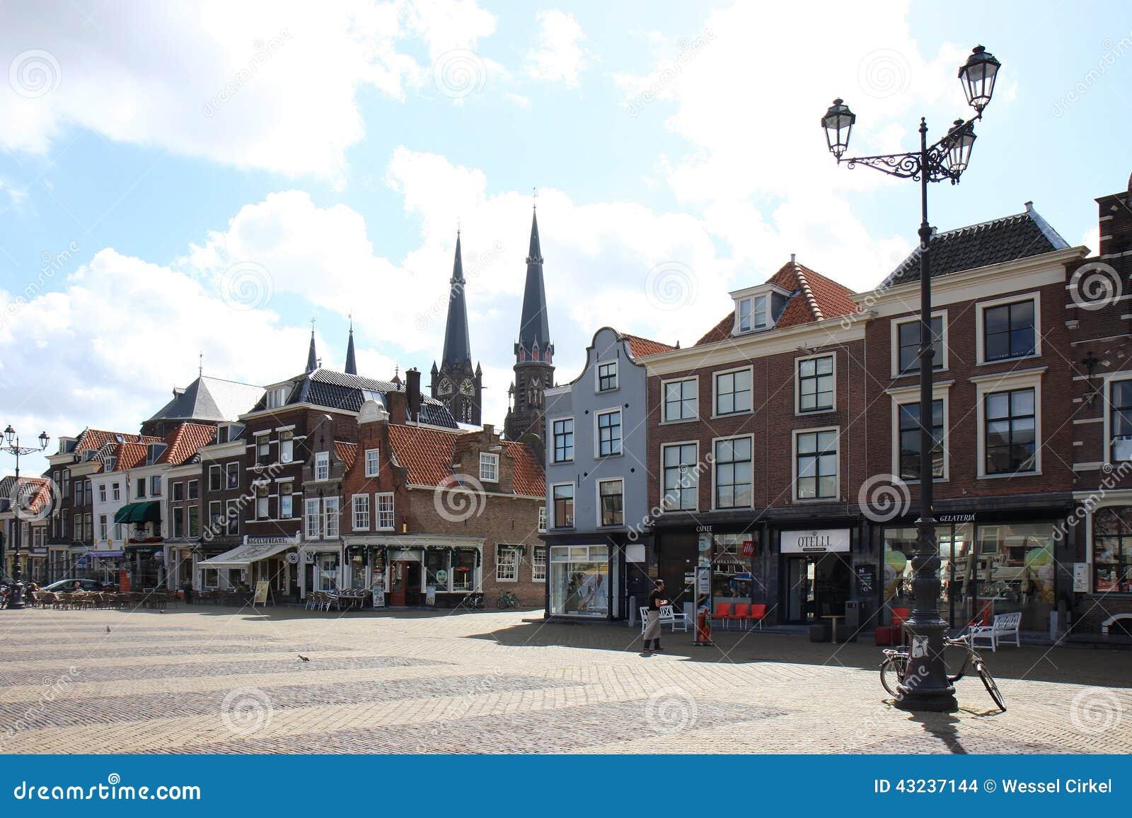 Facciate storiche olandesi sul quadrato del mercato delft for Grandi case a buon mercato