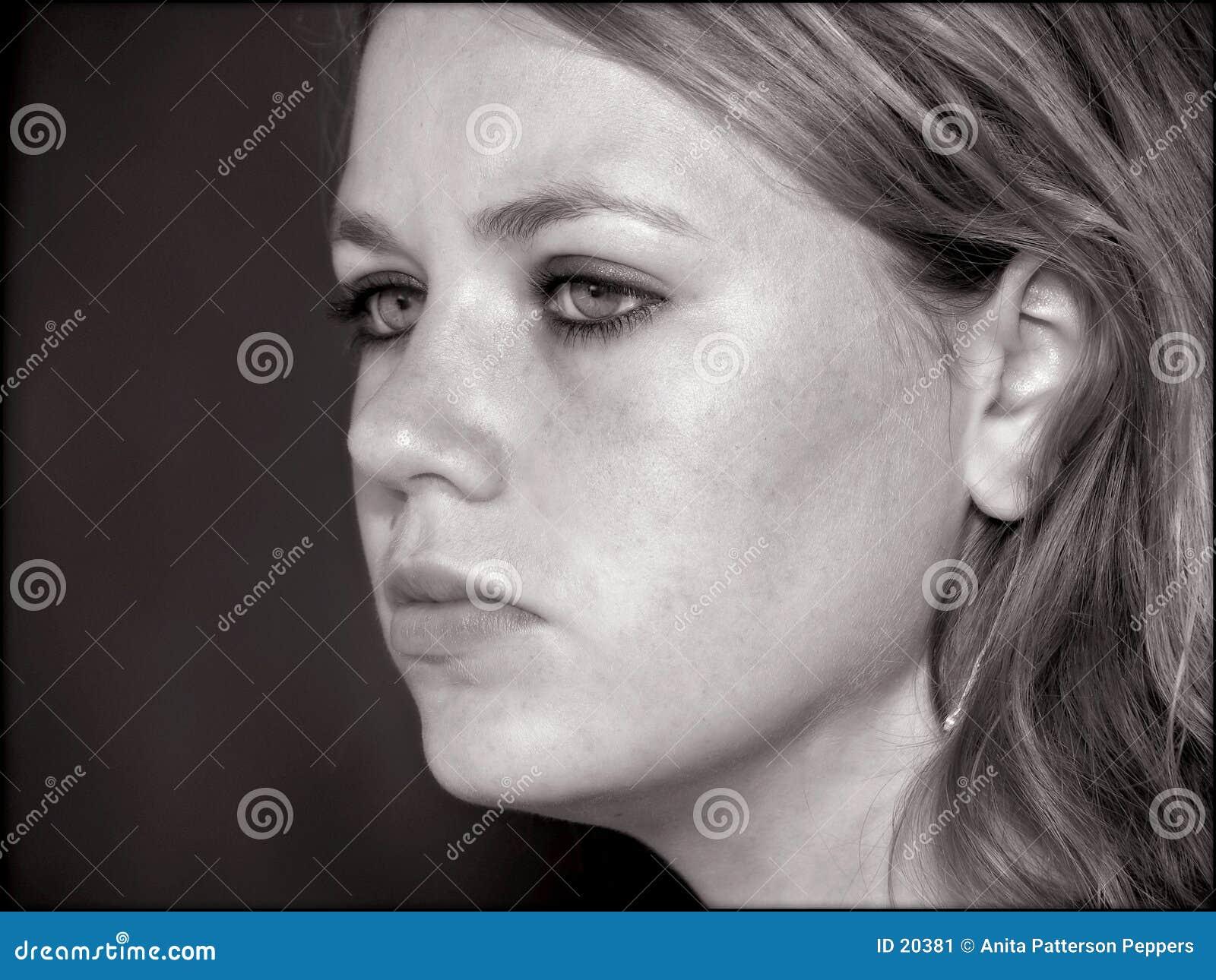 Face adolescente da menina em preto e branco