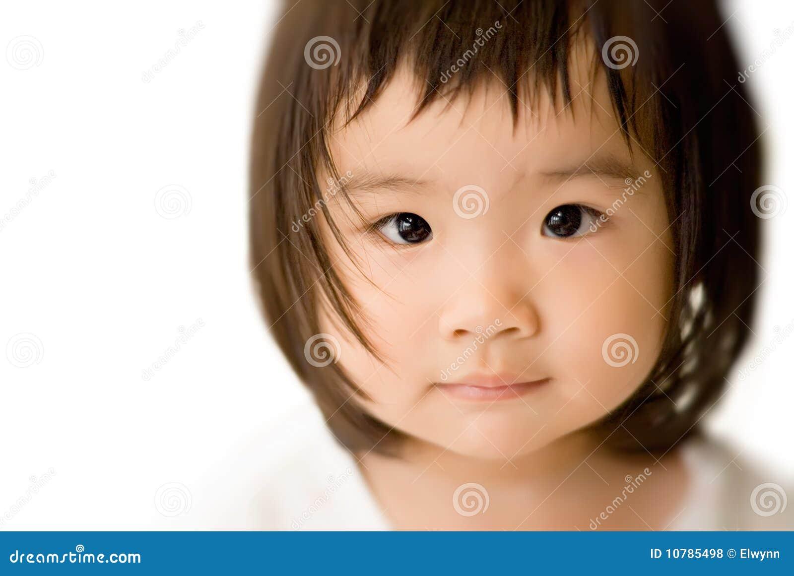 Face asiática inocente do bebê