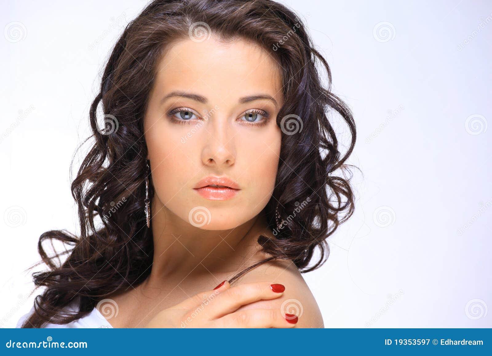 Face bonita da mulher nova