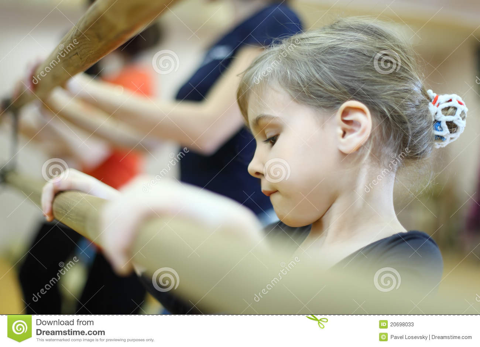 Face concentrada da menina na classe do bailado