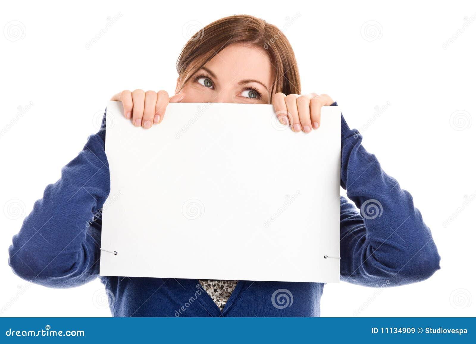 Face da coberta da mulher com cartão de nota
