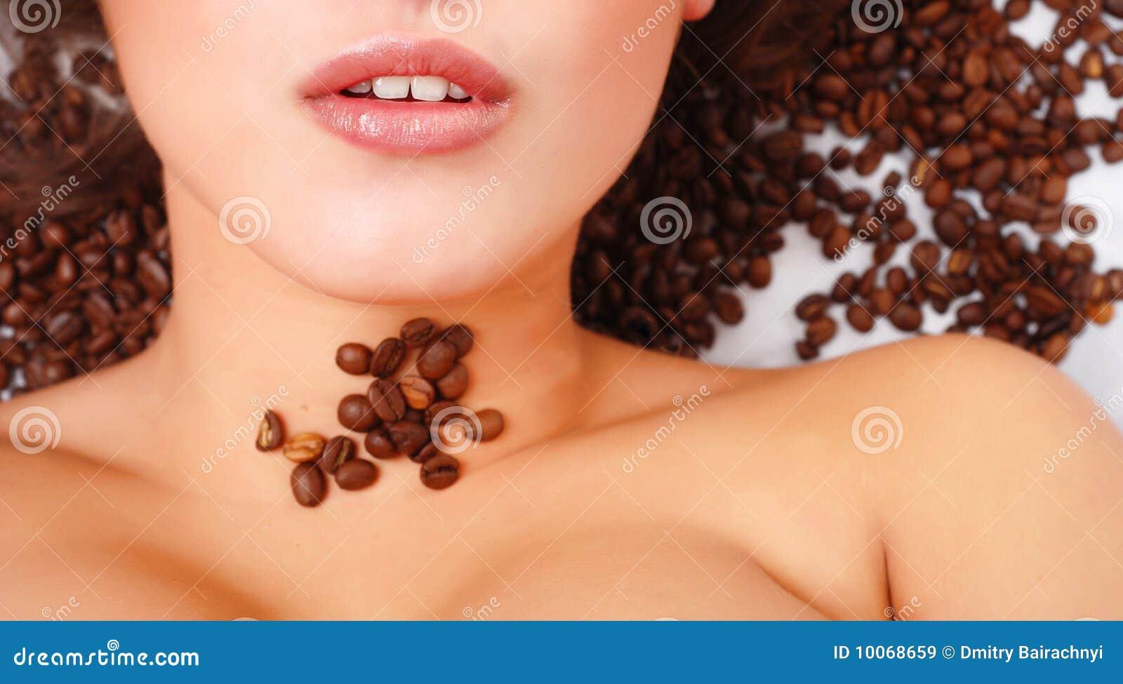 Face da mulher com feijões de café