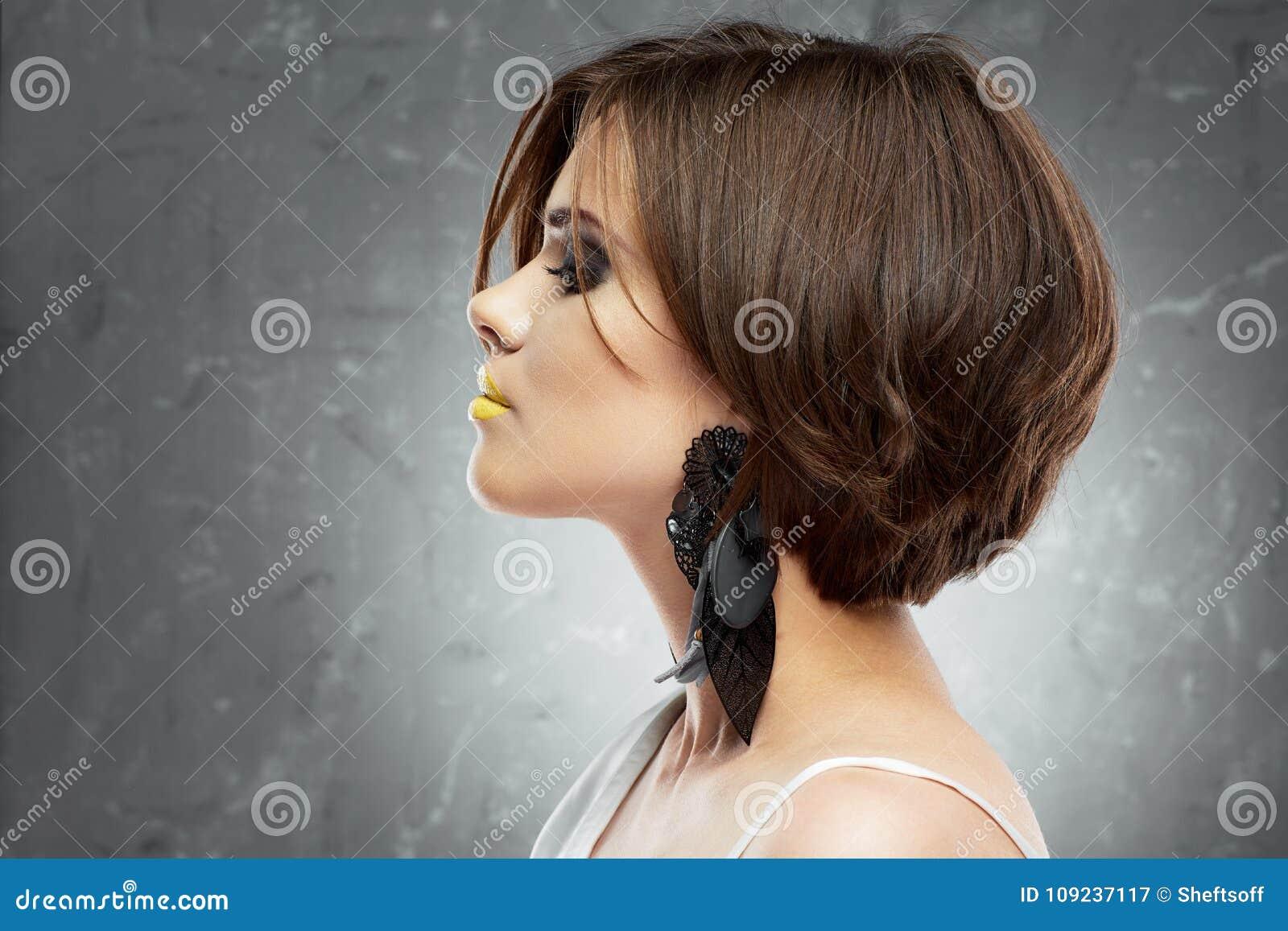 Face Da Mulher Corte De Cabelo Do Prumo Opinião Do Perfil