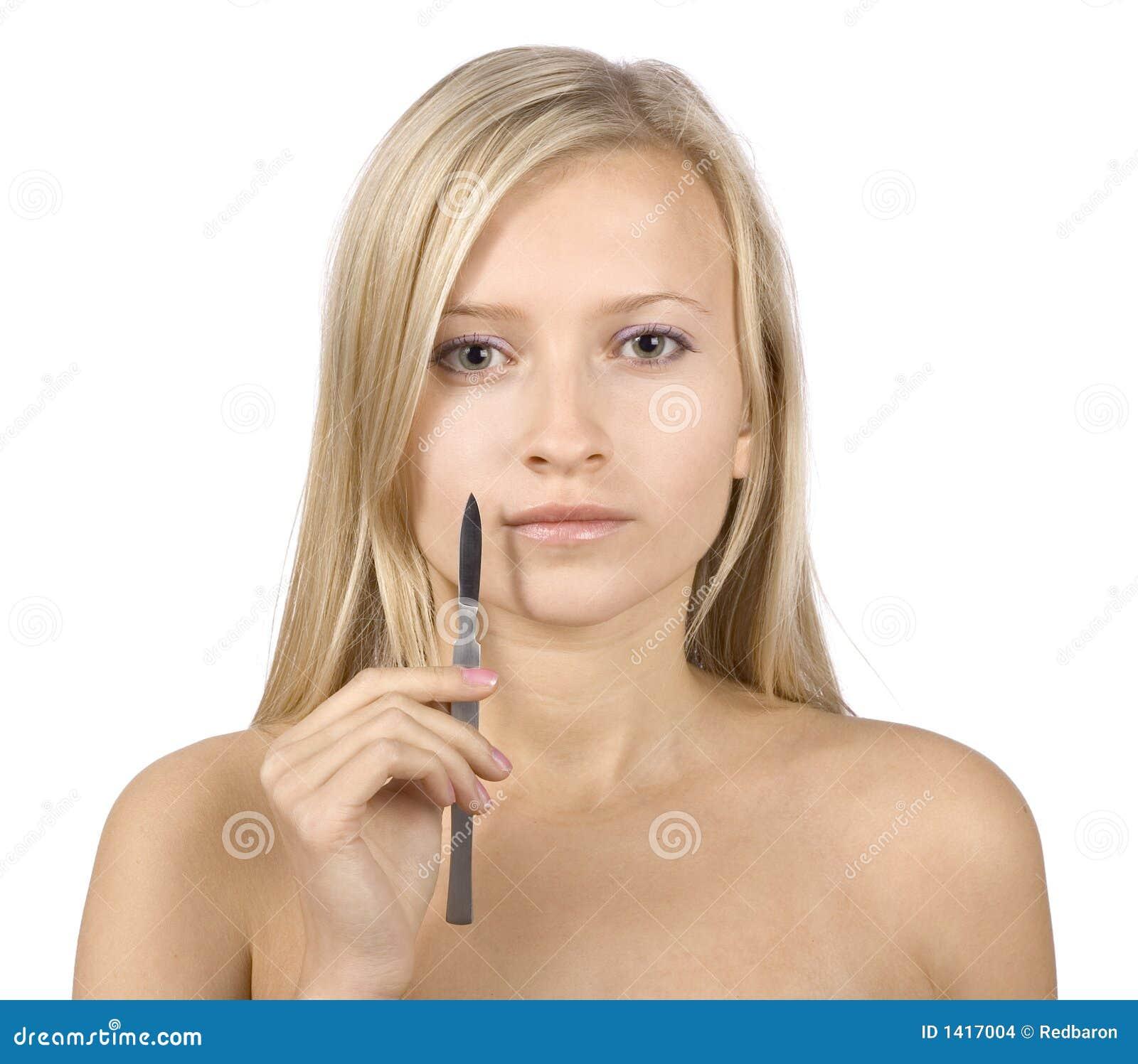 Face da mulher loura nova + do escalpelo em sua mão