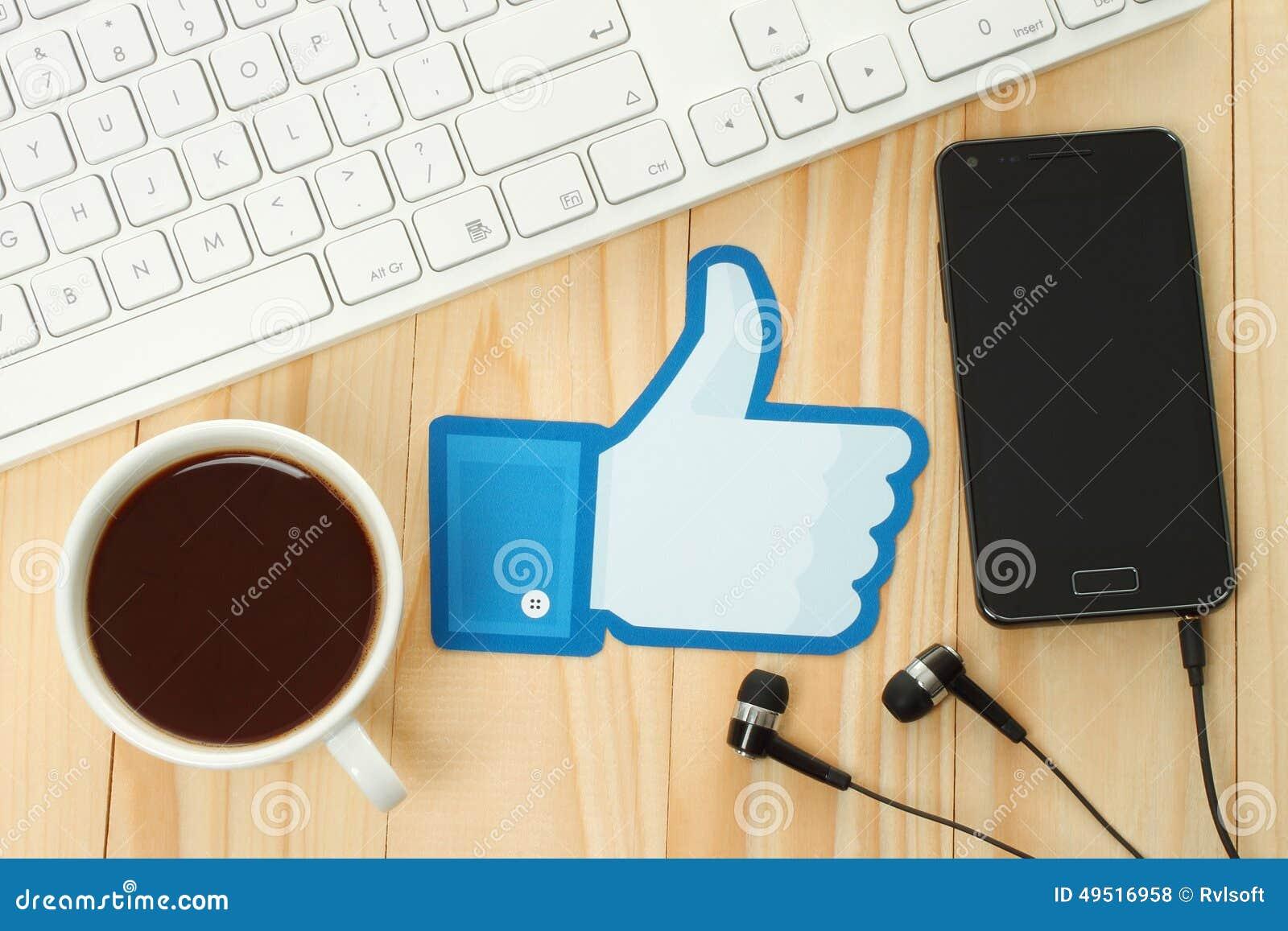 Facebook thumbs вверх по знаку напечатанному на бумаге и помещенному на деревянной предпосылке